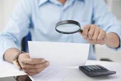 conseiller syndical scrutant un document à la loupe