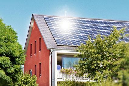 Installation des panneaux solaires sur le toit de la copropriété